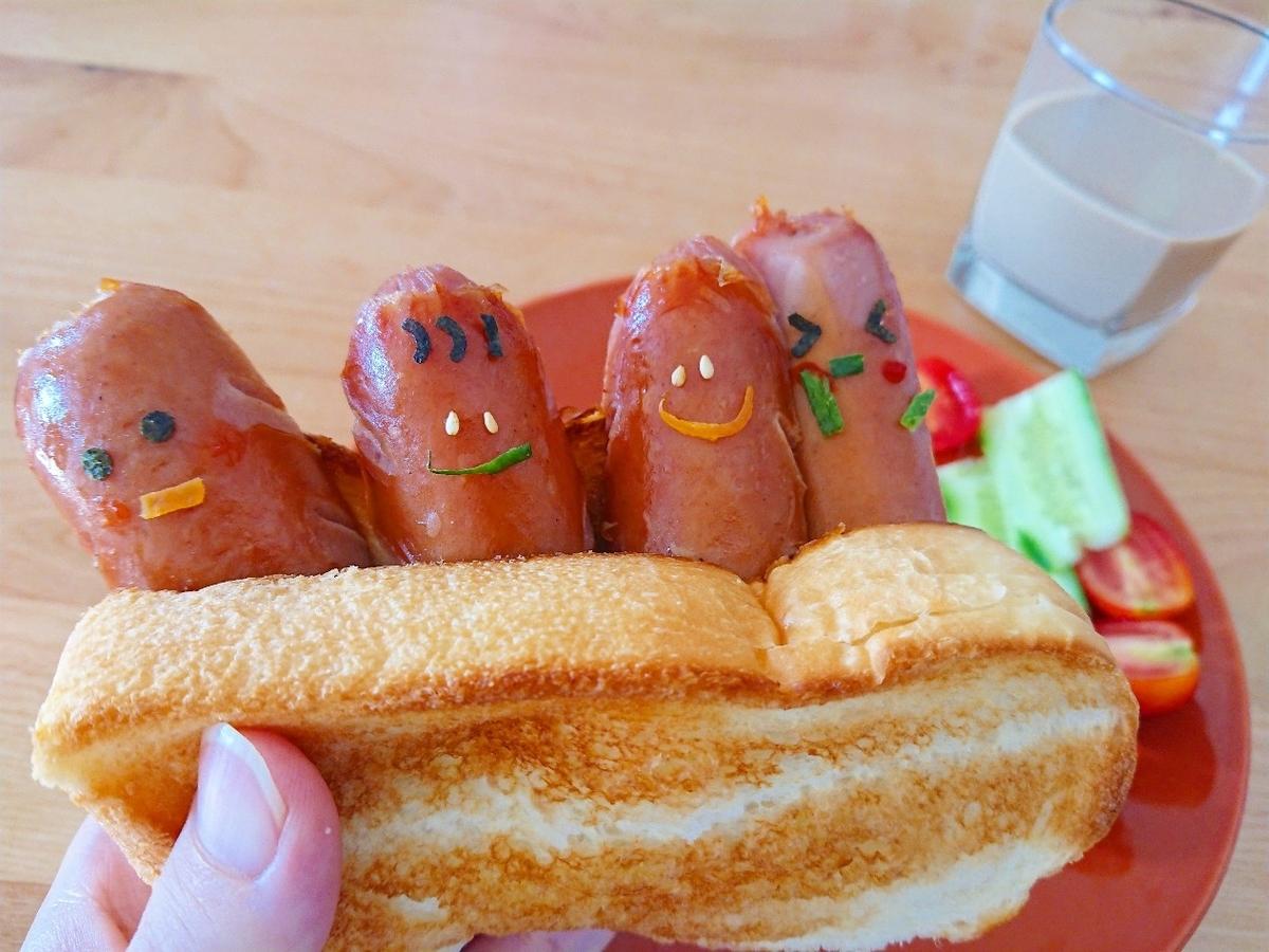 食パンに挟まれたキャラウインナー