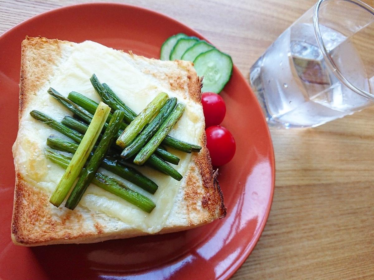 ニンニクの芽とチーズがのった食パン
