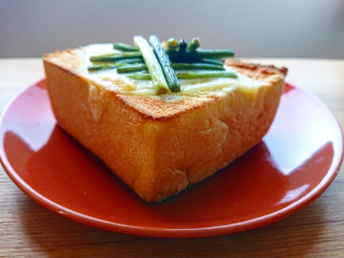 ニンニクの芽とチーズがのったトースト