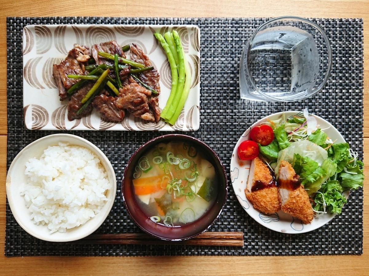 ごはん お味噌汁 牛肉炒め ささみフライ サラダ 水