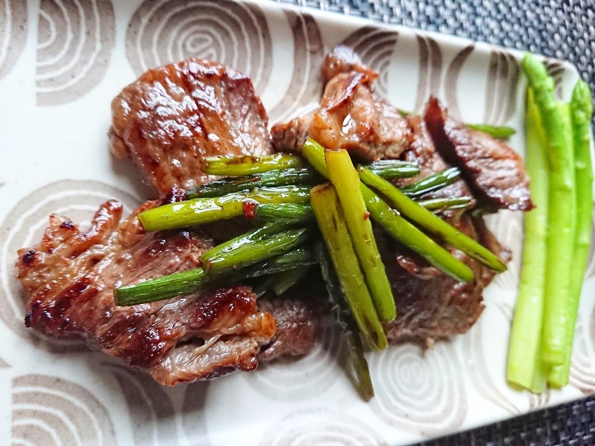 ニンニクの芽と焼いた牛肉