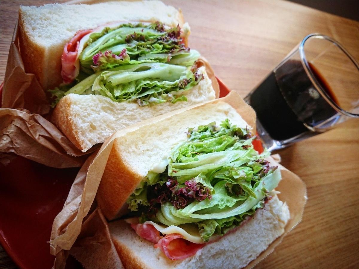 たくさんのレタスが挟まったサンドイッチ