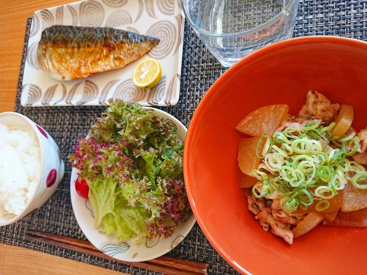 ごはん 焼き鯖 豚バラ大根 サラダ 水