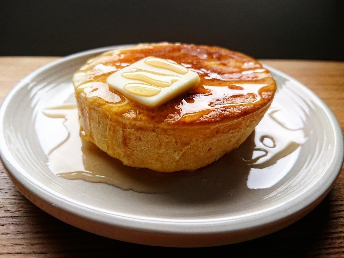 バターとシロップがかけられたホットケーキ