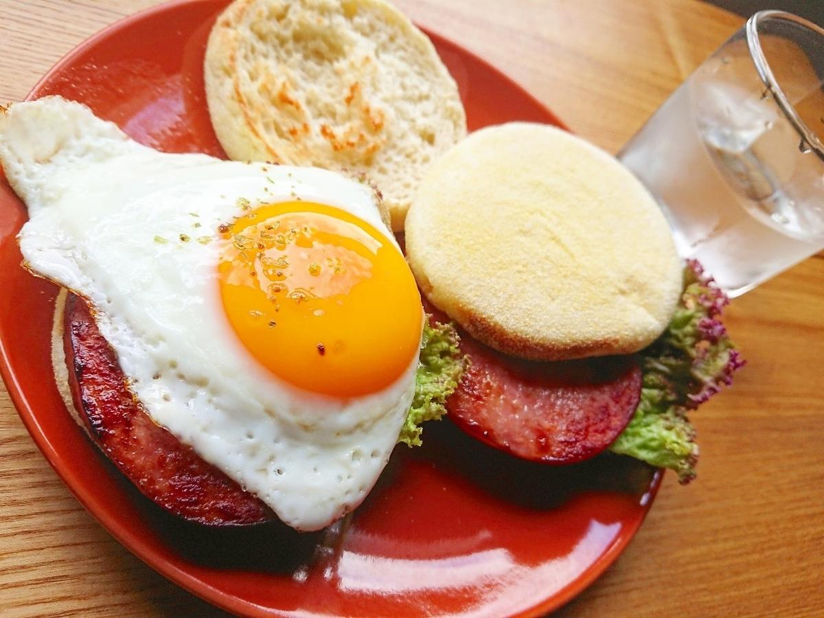 ソーセージと卵のイングリッシュマフィンサンド 水