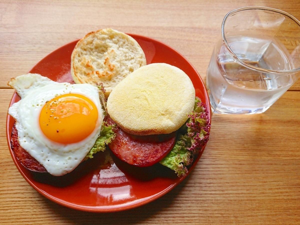 ソーセージと卵のイングリッシュマフィンサンド