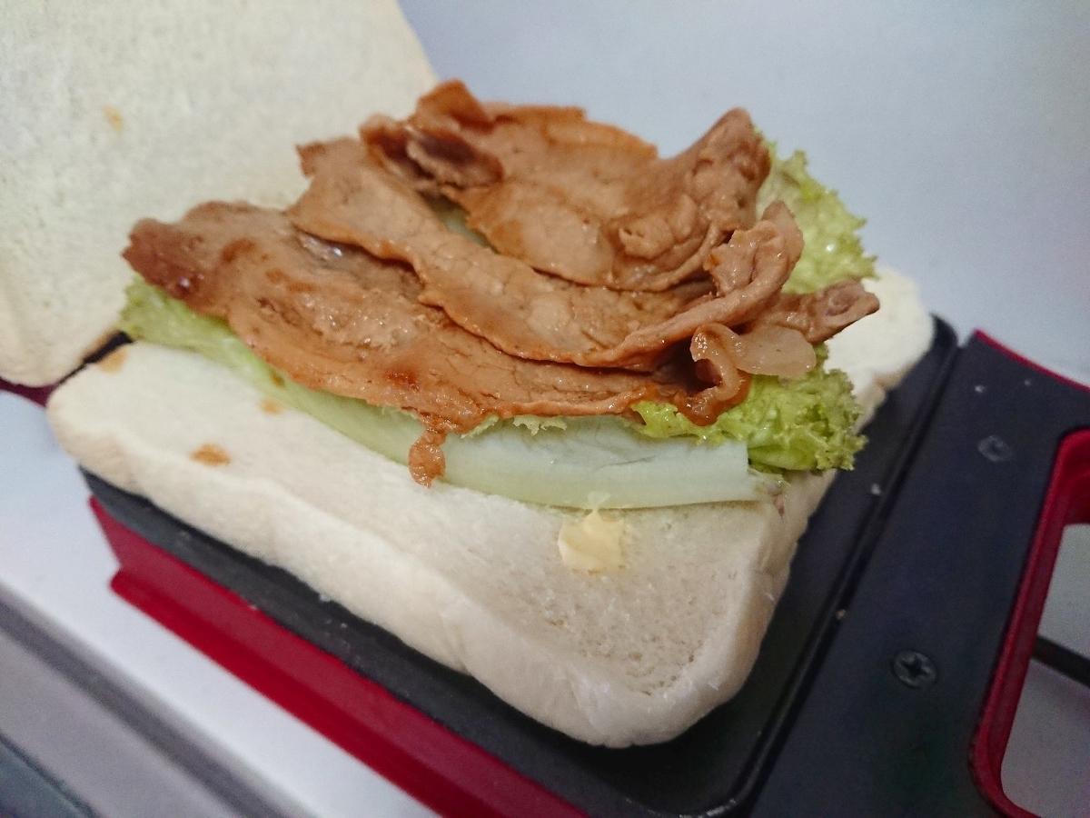 食パンの上にレタスと焼いた豚肉