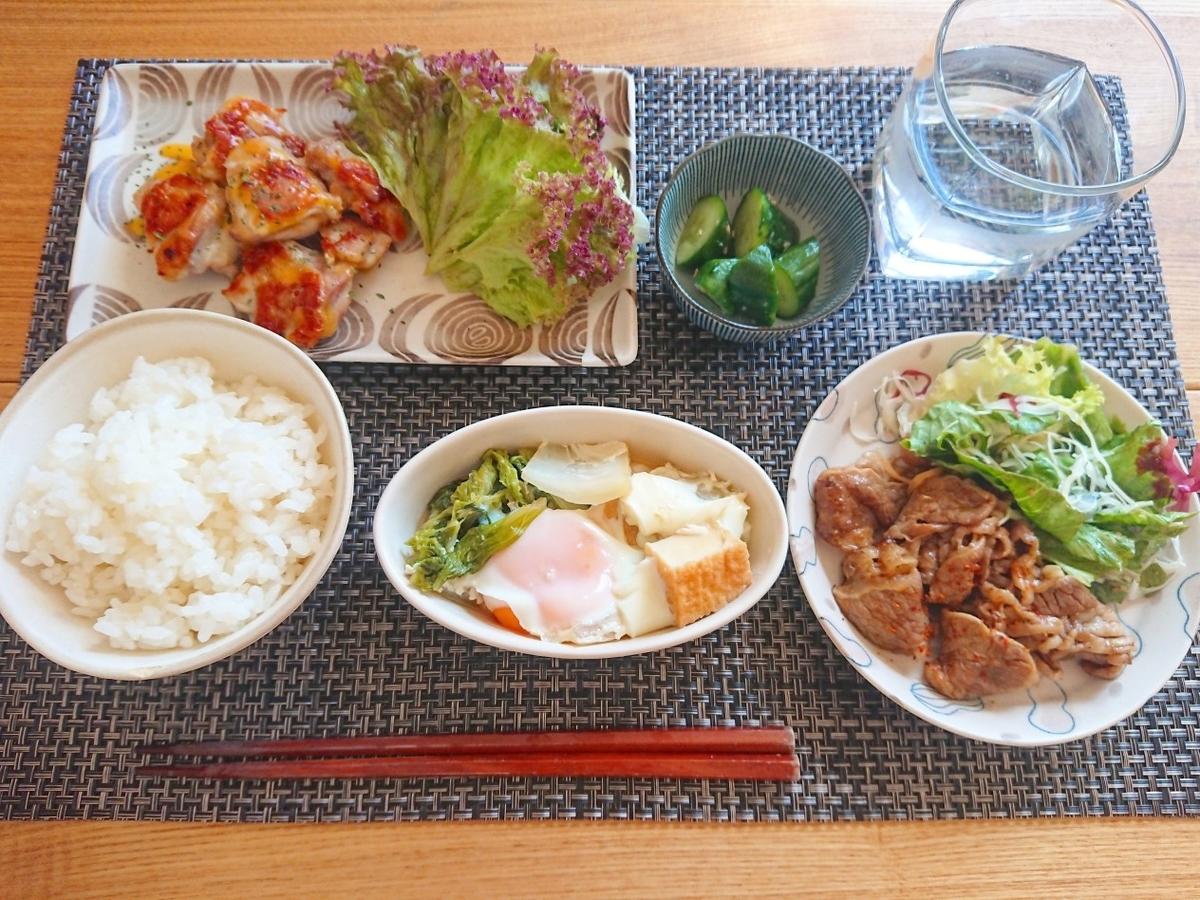 ご飯 鶏もも肉 白菜の煮物 焼いたお肉 きゅうりの浅漬け 水