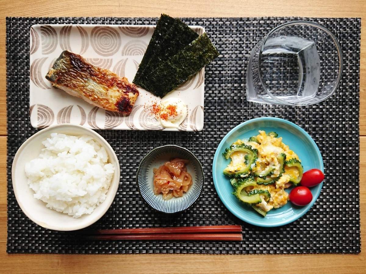 ご飯 焼き鮭 海苔 ゴーヤとたまご炒め 中華くらげ 水