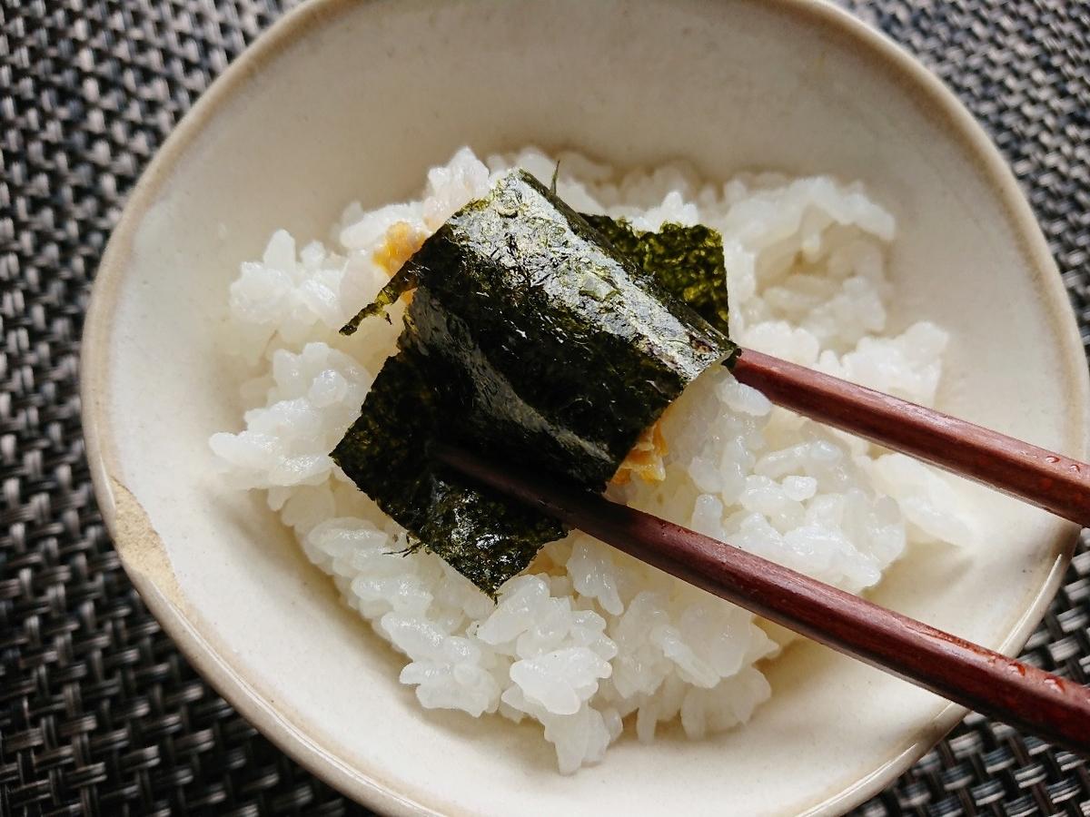 ご飯を海苔で巻いて食べる様子