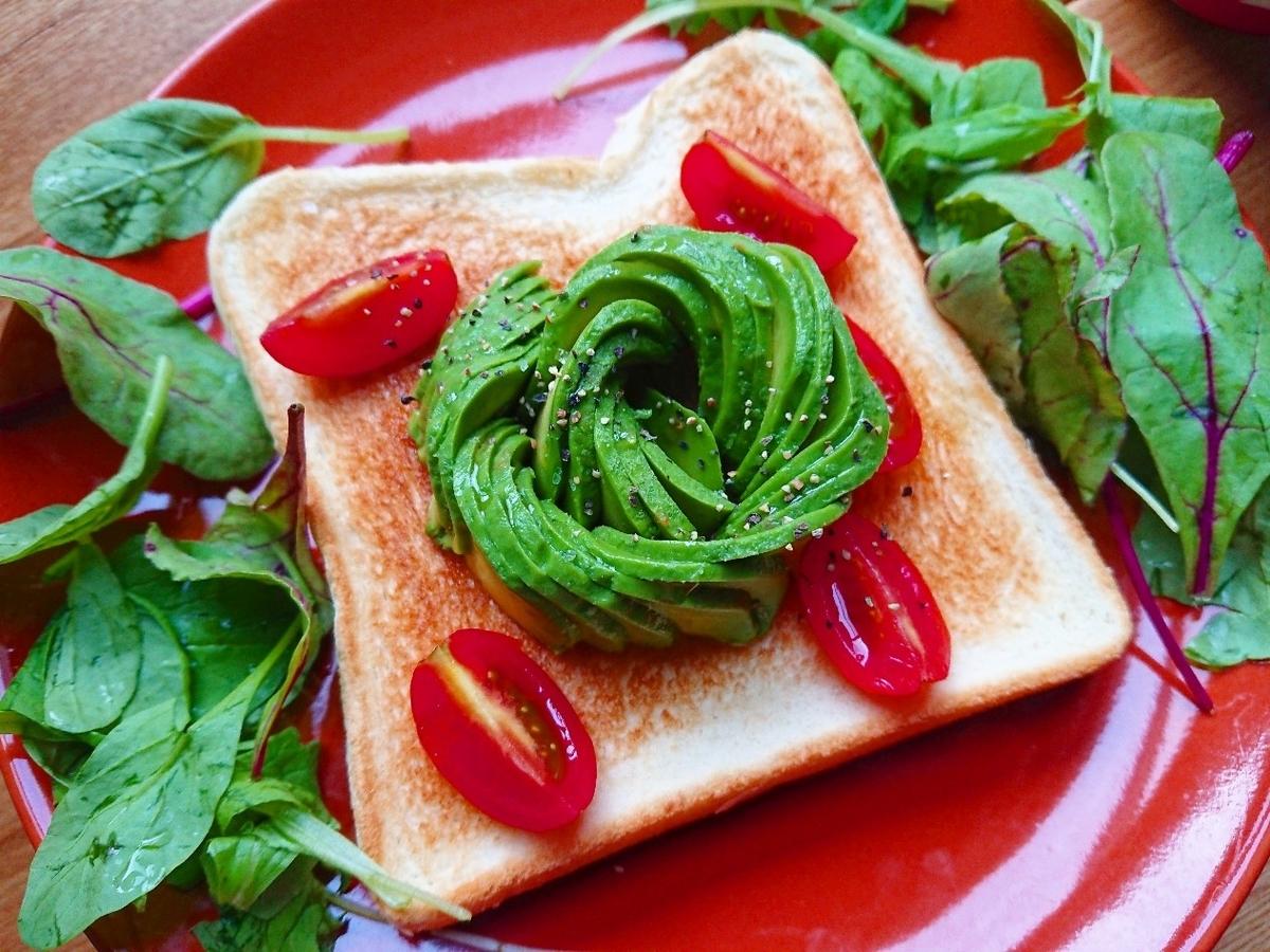 お花の形のアボカドとトマトがのったトースト