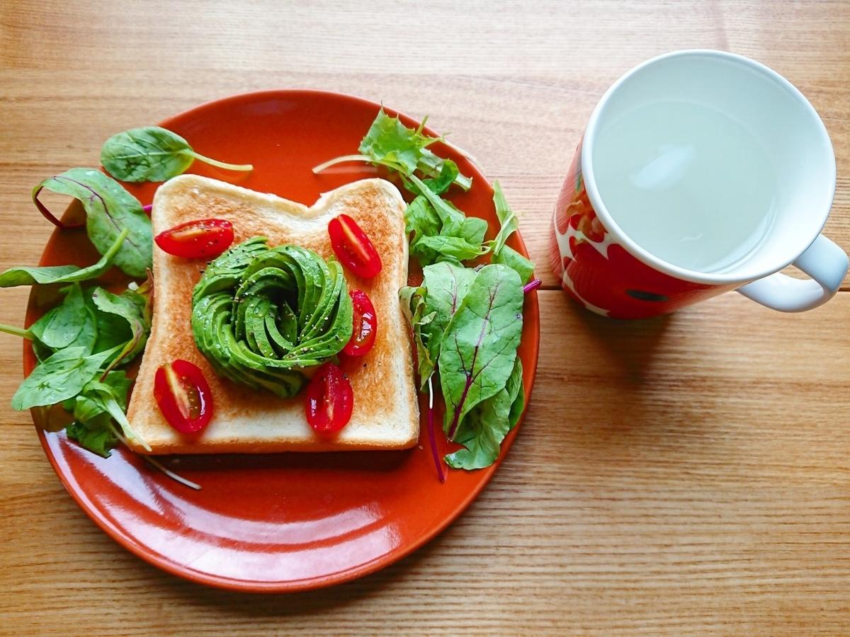 アボカドとトマトがのったトースト 白湯