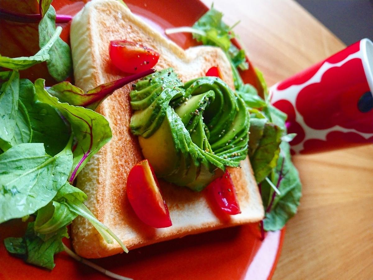 アボカドとトマトのトースト