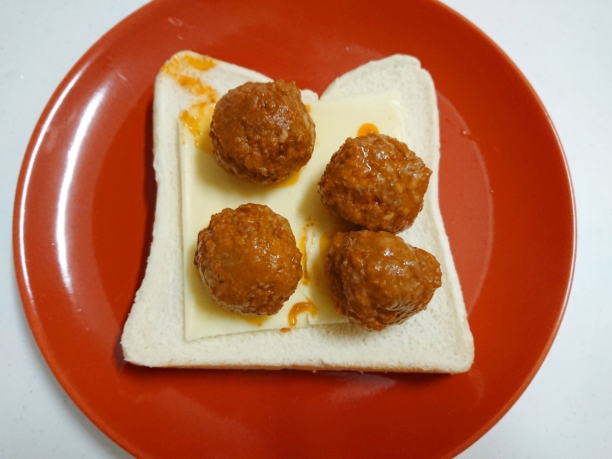 食パンの上にチーズとミートボール