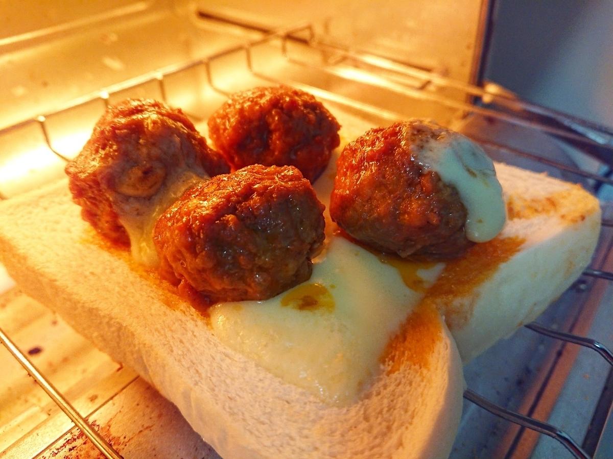 ミートボールがのった食パンをトースターで焼いている