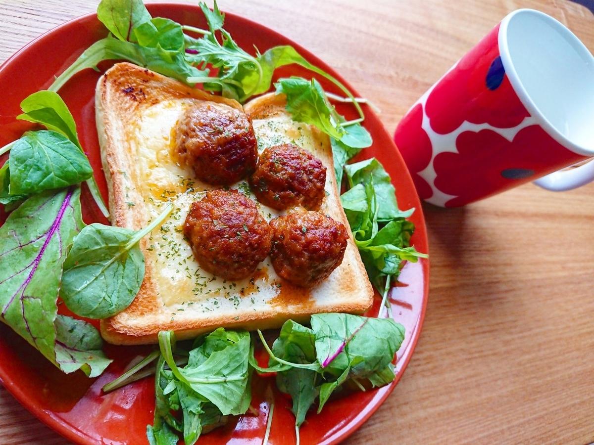 ミートボールとチーズがのったトースト