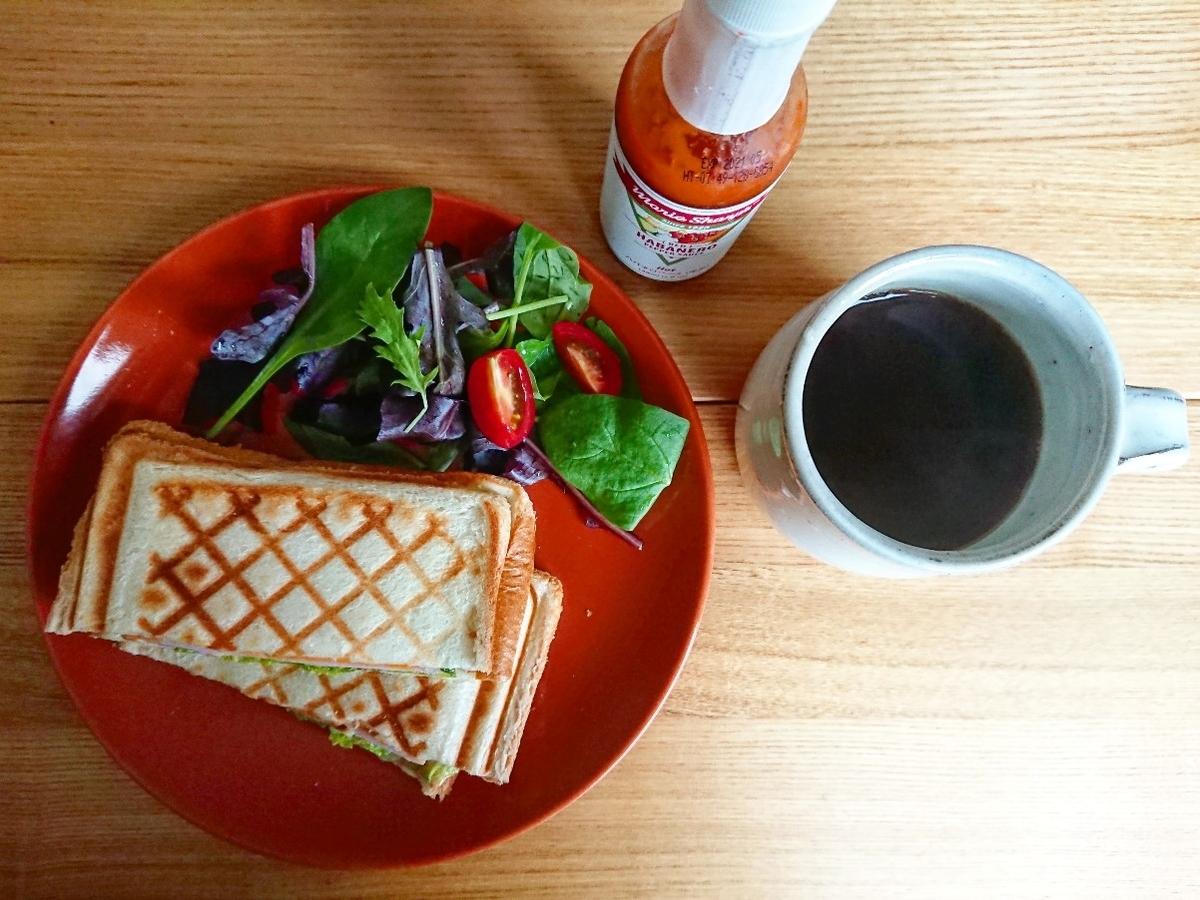 チェダーチーズ、ハム、レタスが挟まったホットサンド サラダ ホットコーヒー