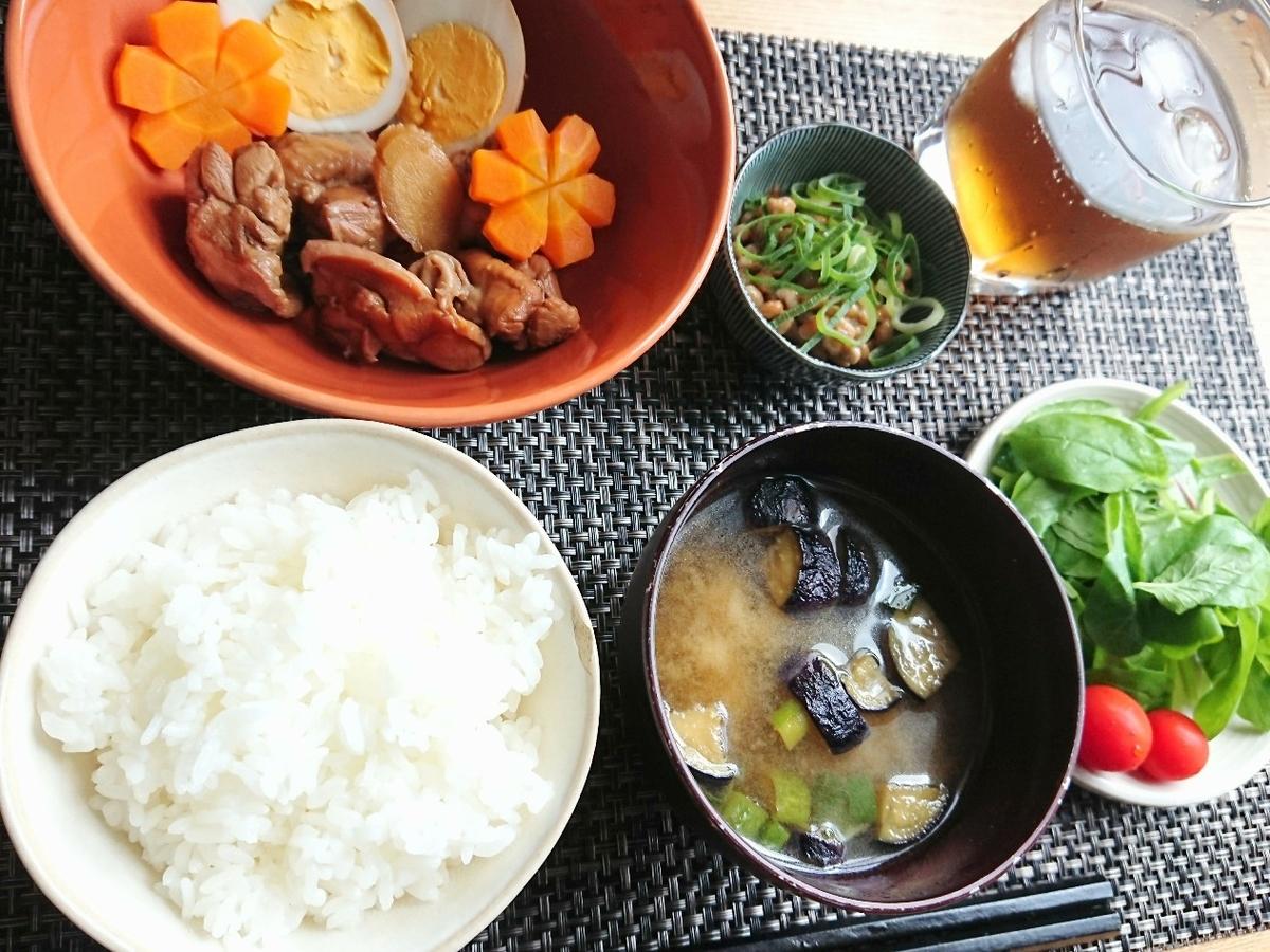 ご飯 味噌汁 鶏の煮物 納豆 サラダ