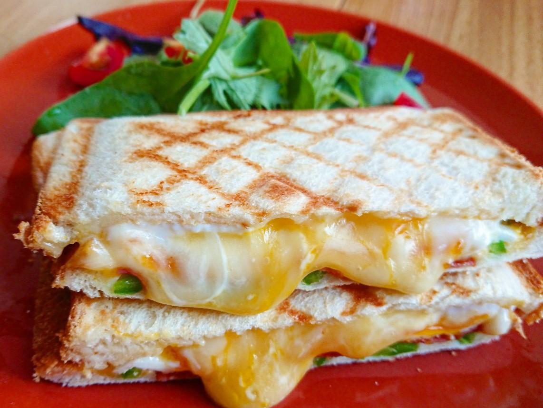 チーズがはみ出たホットサンド サラダ
