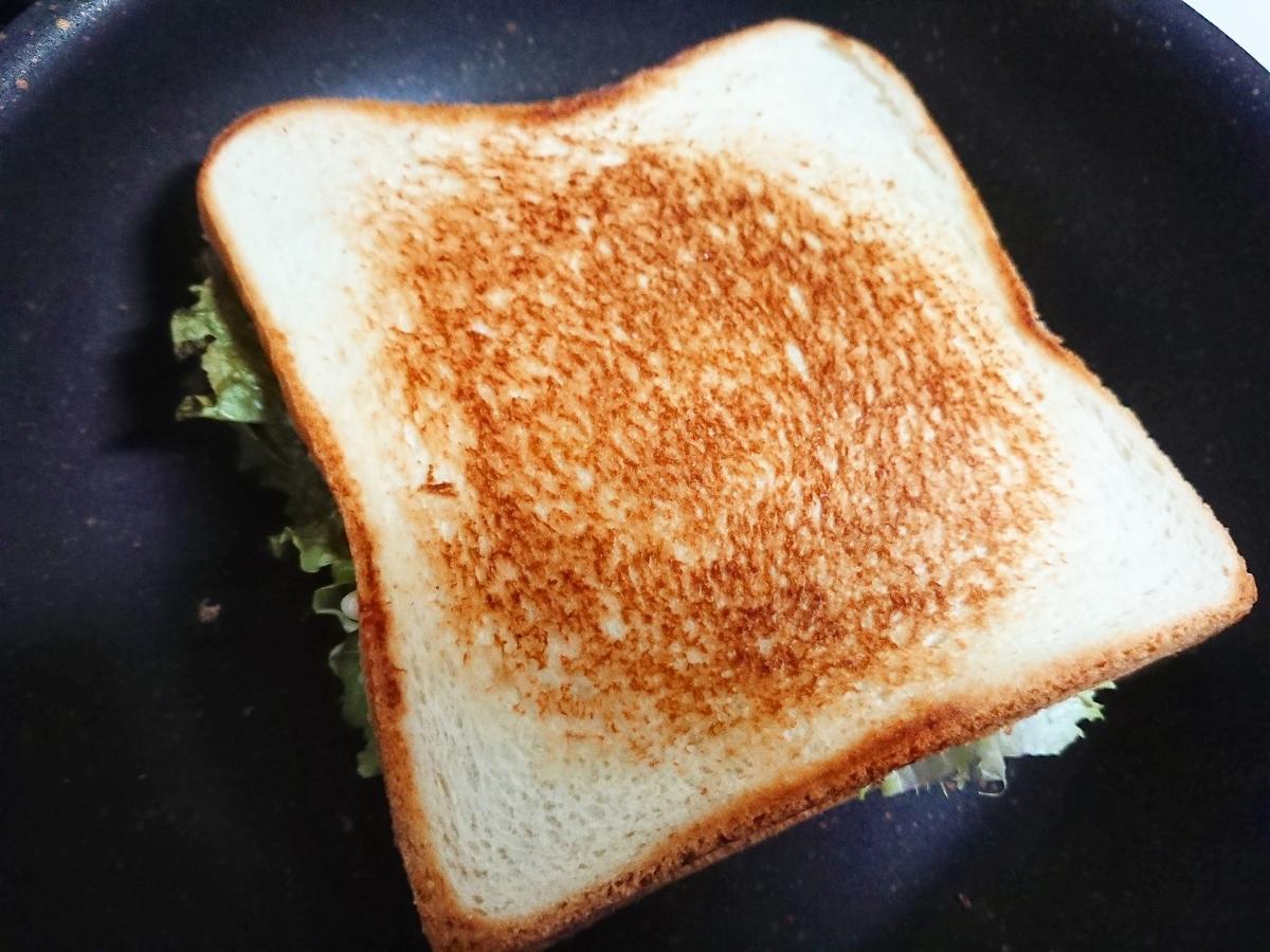 焼き色ついたサンドイッチ