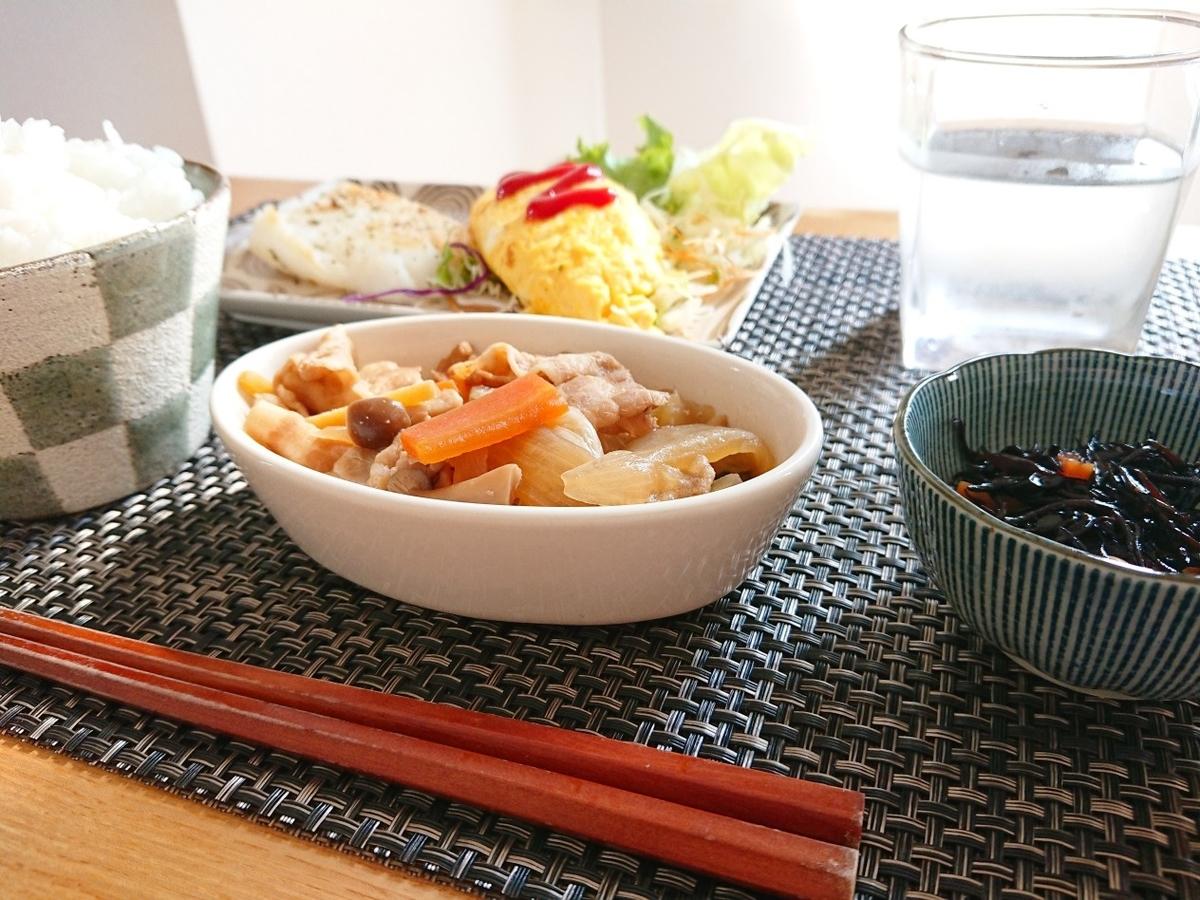 ご飯 白身魚のムニエル オムレツ 豚肉の煮物 ひじきの煮物