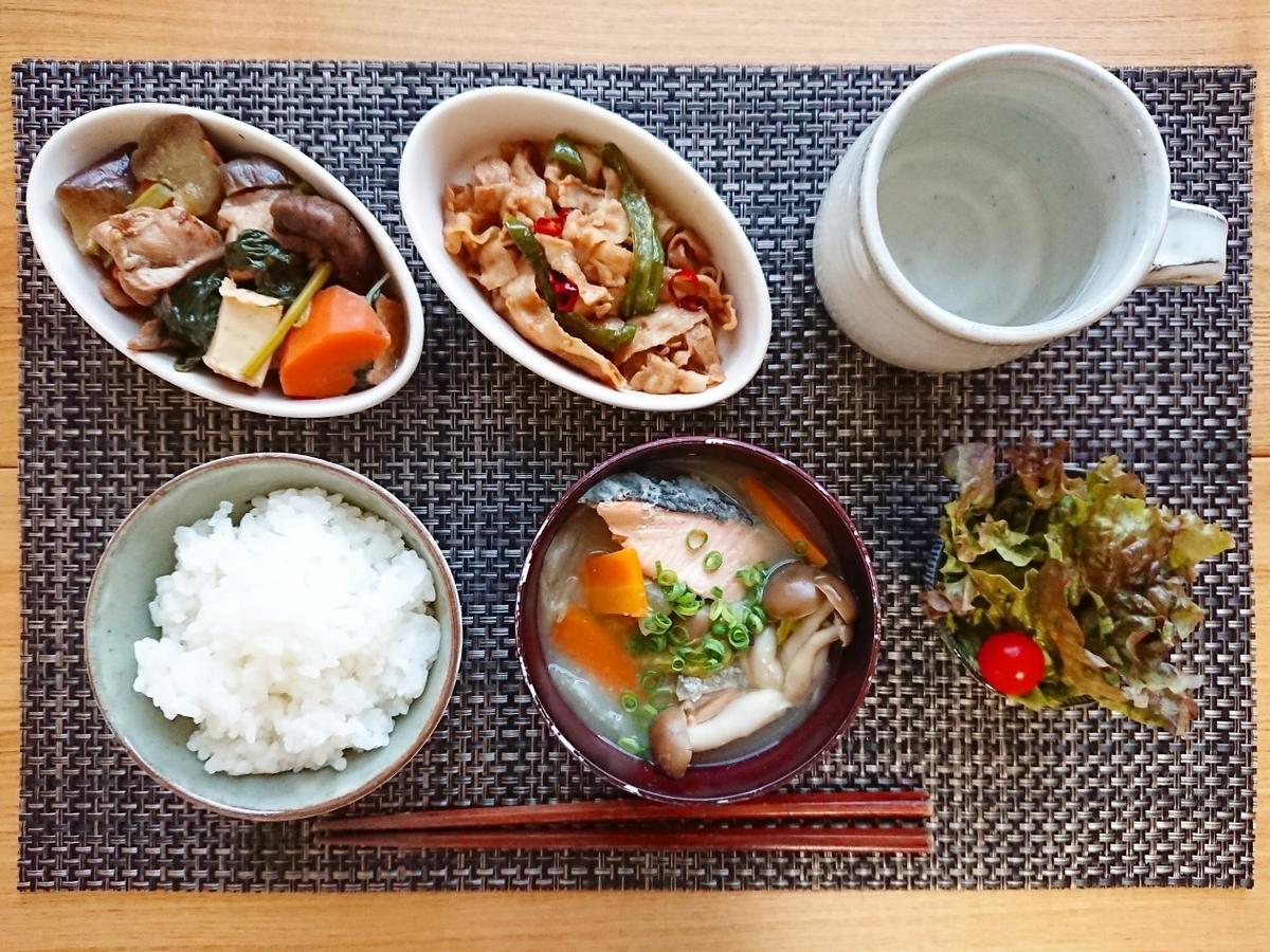 ご飯 鮭汁 煮物 豚バラ炒め サラダ 飲み物