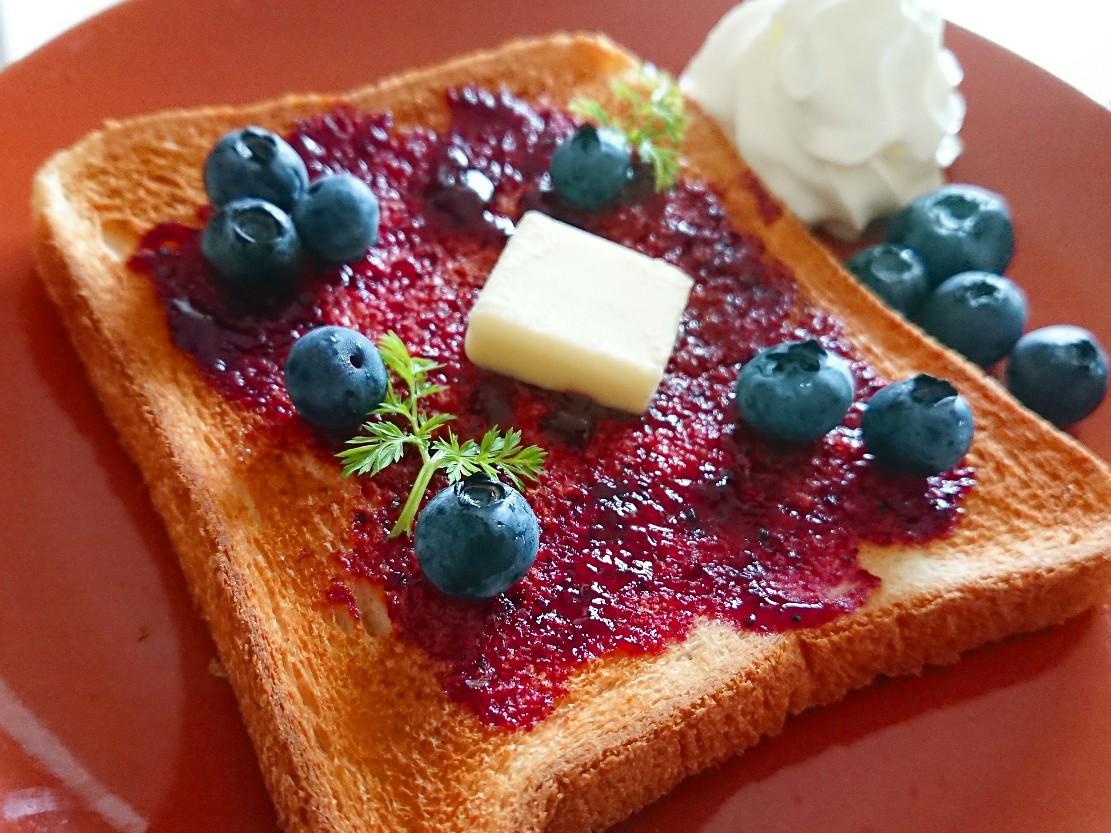 ブルーベリーやバターがのったトースト 生クリーム