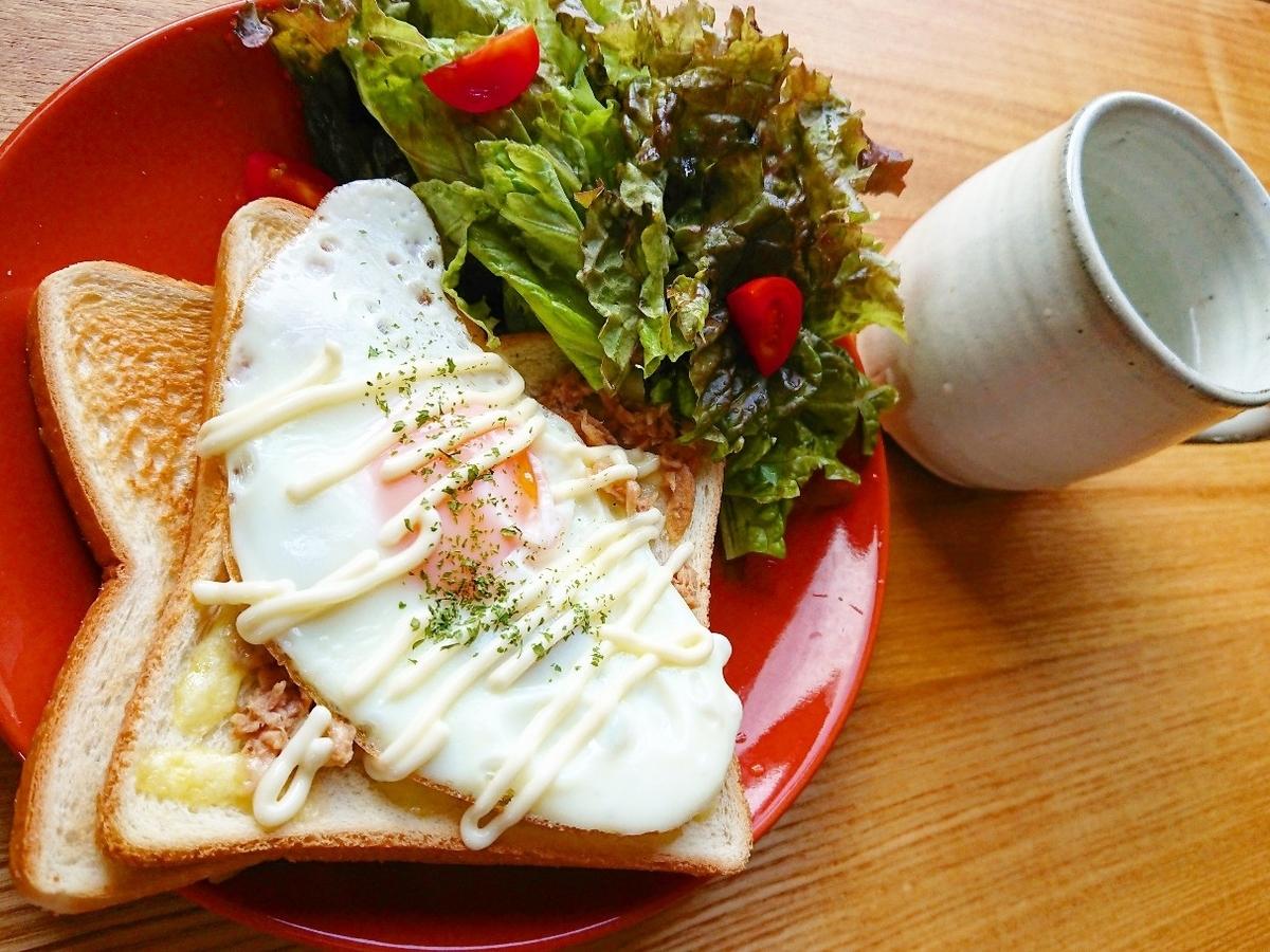 ツナマヨ目玉焼きがのったトースト サラダ 飲み物