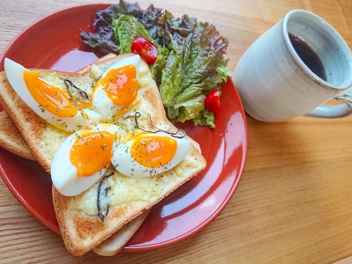 半熟ゆで卵とチーズ、塩昆布がのったトースト コーヒー