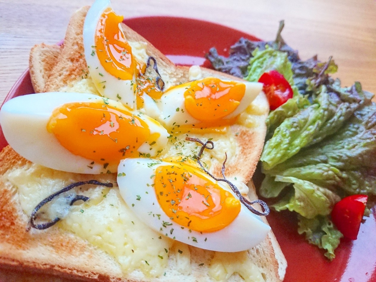 半熟ゆで卵、チーズ、塩昆布がのったトースト