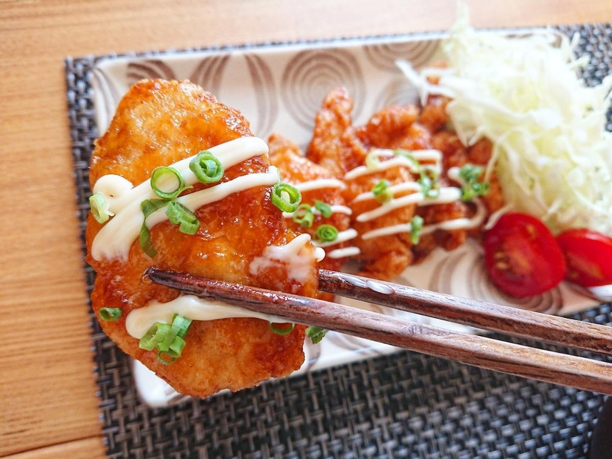 ネギマヨ甘酢唐揚げを箸でつかんでいる