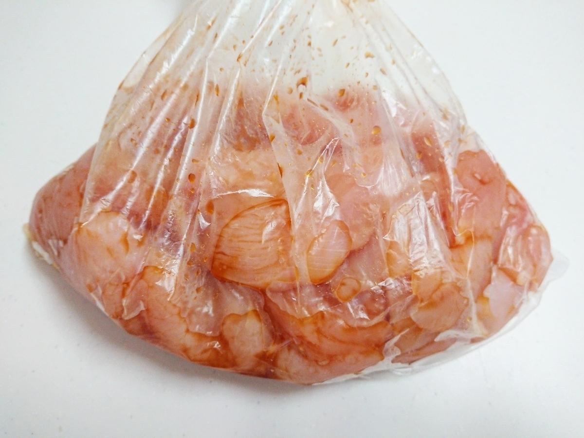 ビニール袋の中に鶏肉と調味料