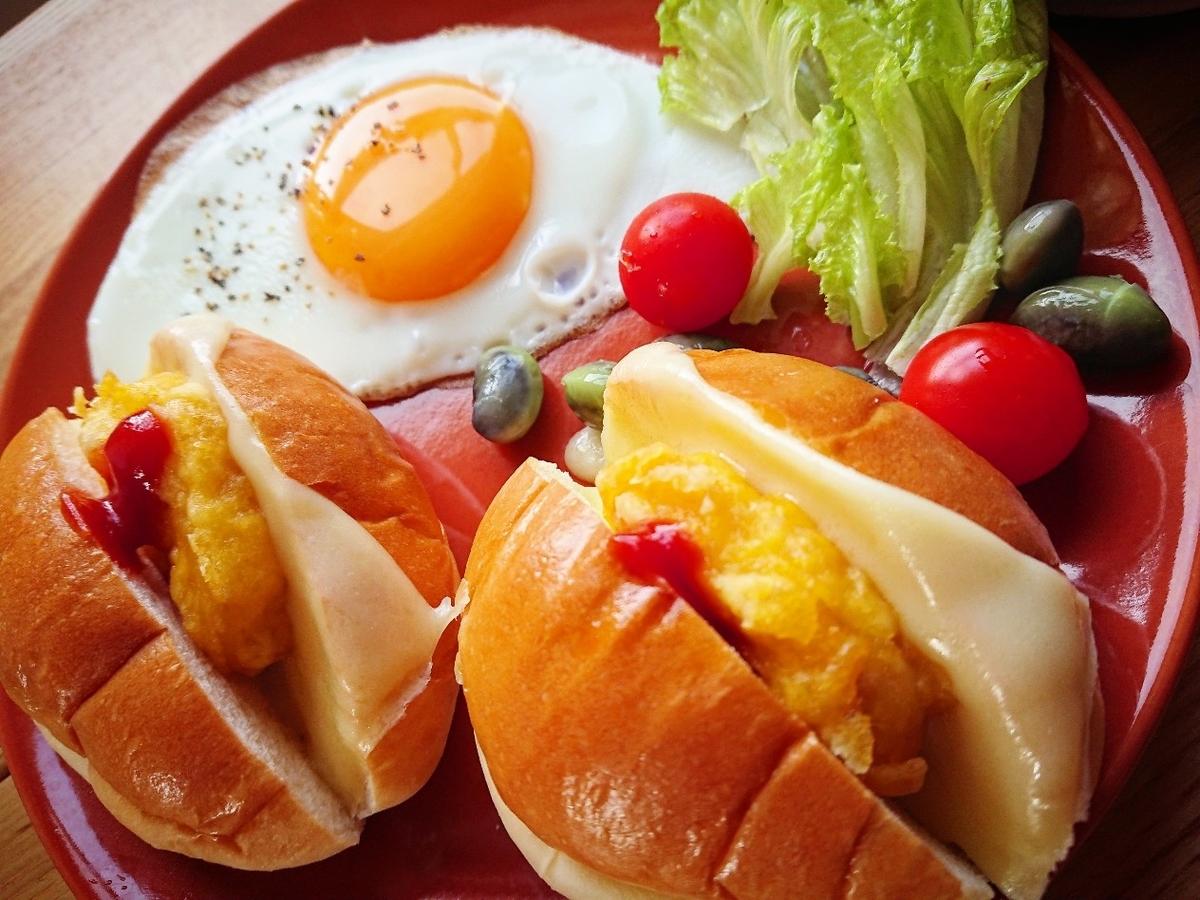 チキンナゲットとチーズが挟まったロールパン 目玉焼き サラダ