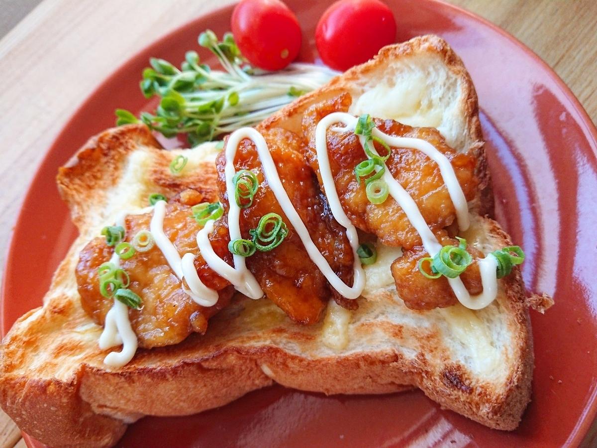 ネギマヨ唐揚げがのった食パン