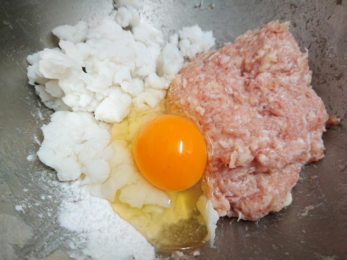 ボウルにミンチ、卵、片栗粉、はんぺん