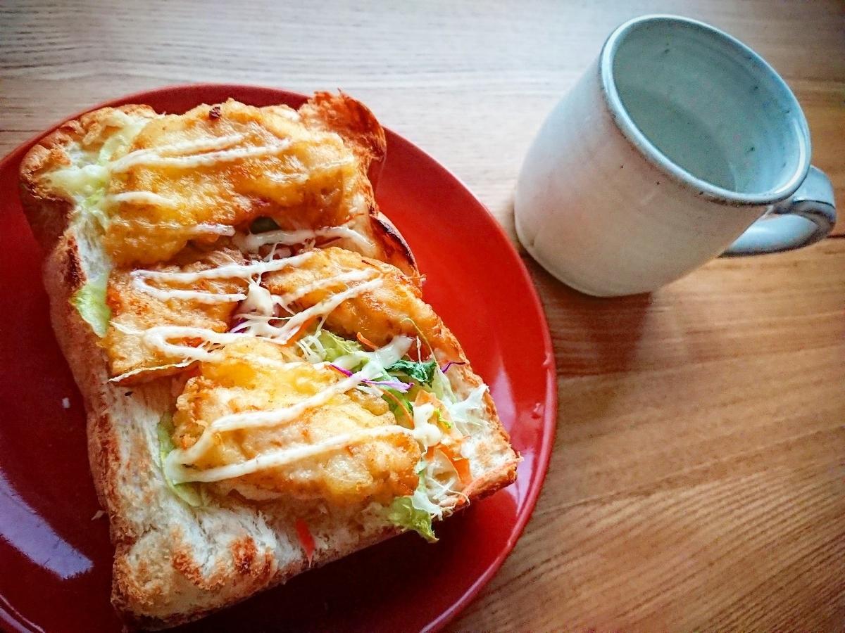鶏天がのったトースト 飲み物