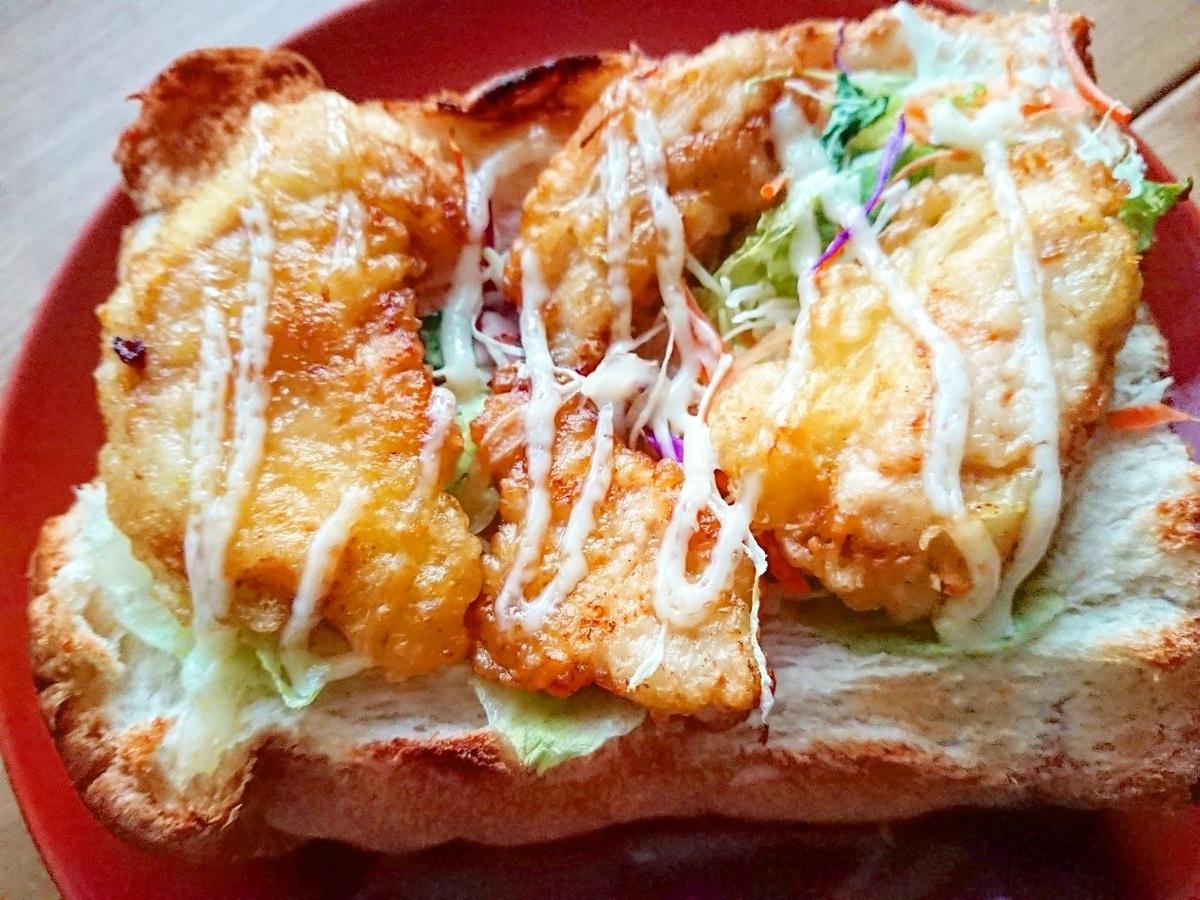 食パンの上にサラダ、鶏天がのっている