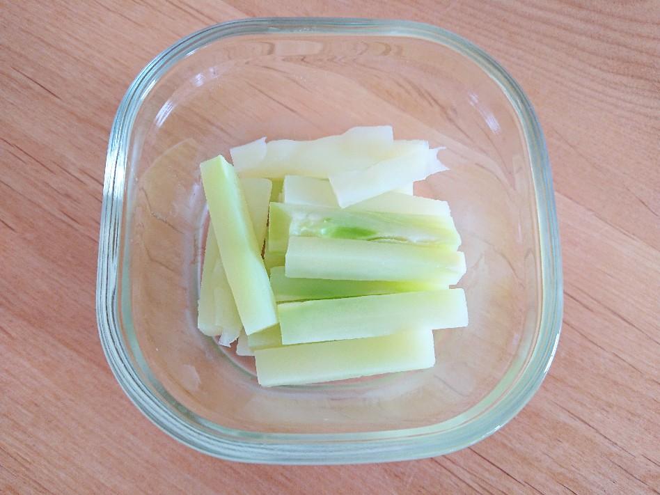 容器にブロッコリーの茎