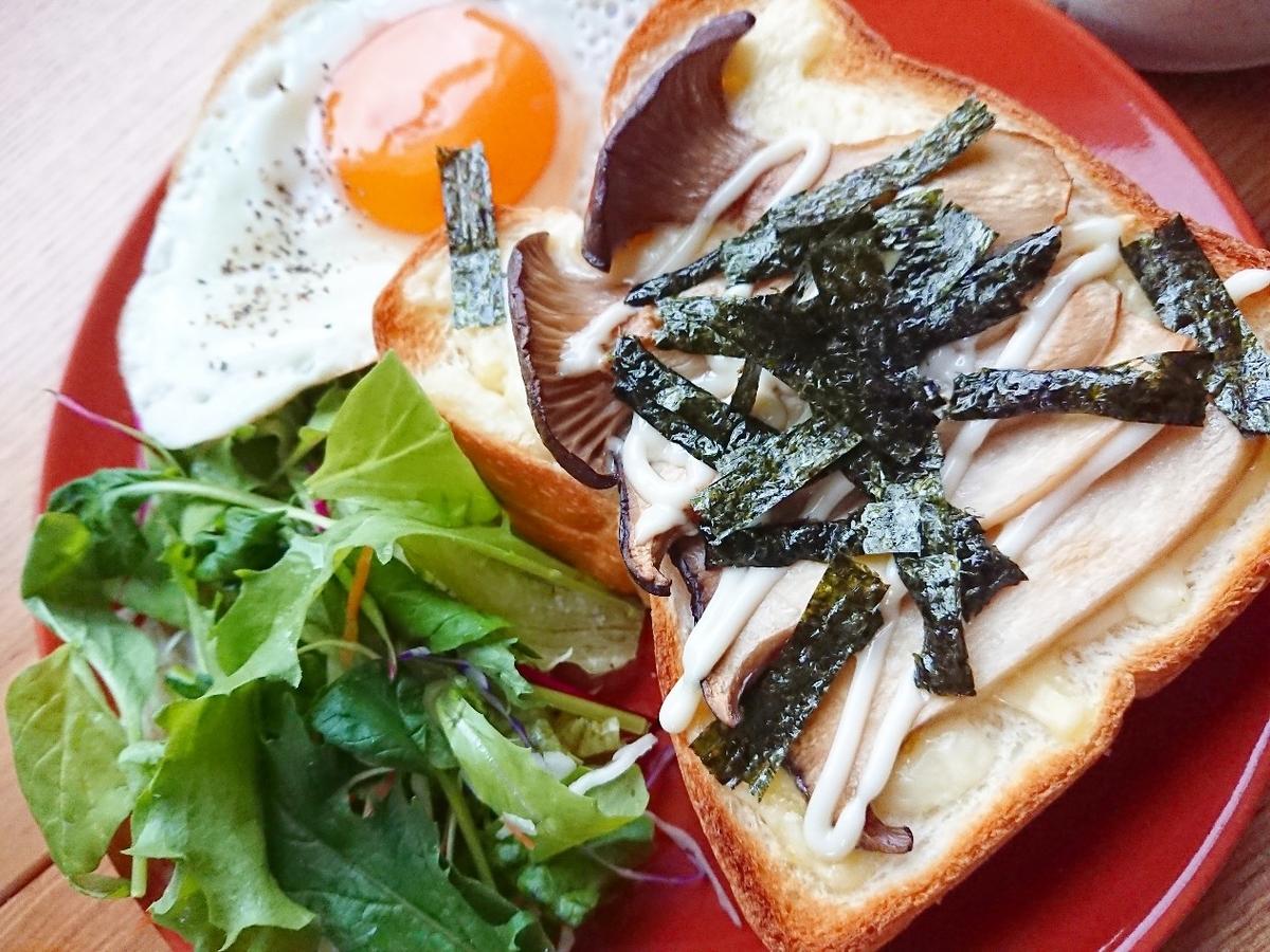 エリンギ、チーズ、海苔がのったトースト 目玉焼き サラダ