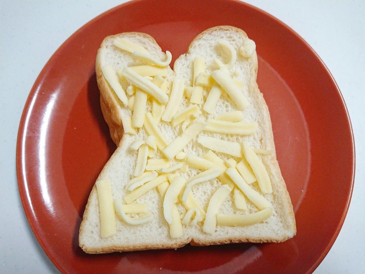 食パンの上にピザ用チーズがのっている