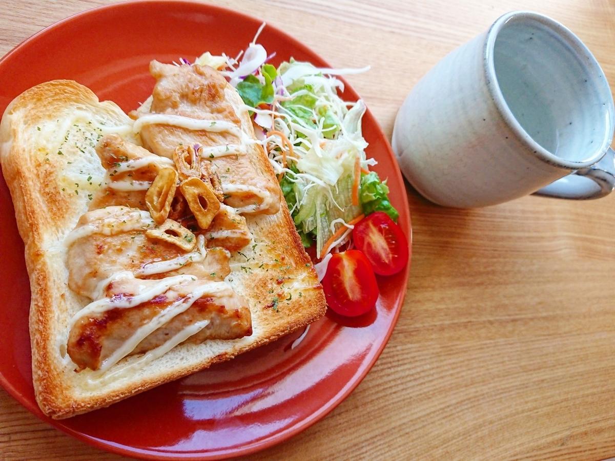 鶏胸肉とにんにくチップがのった食パン