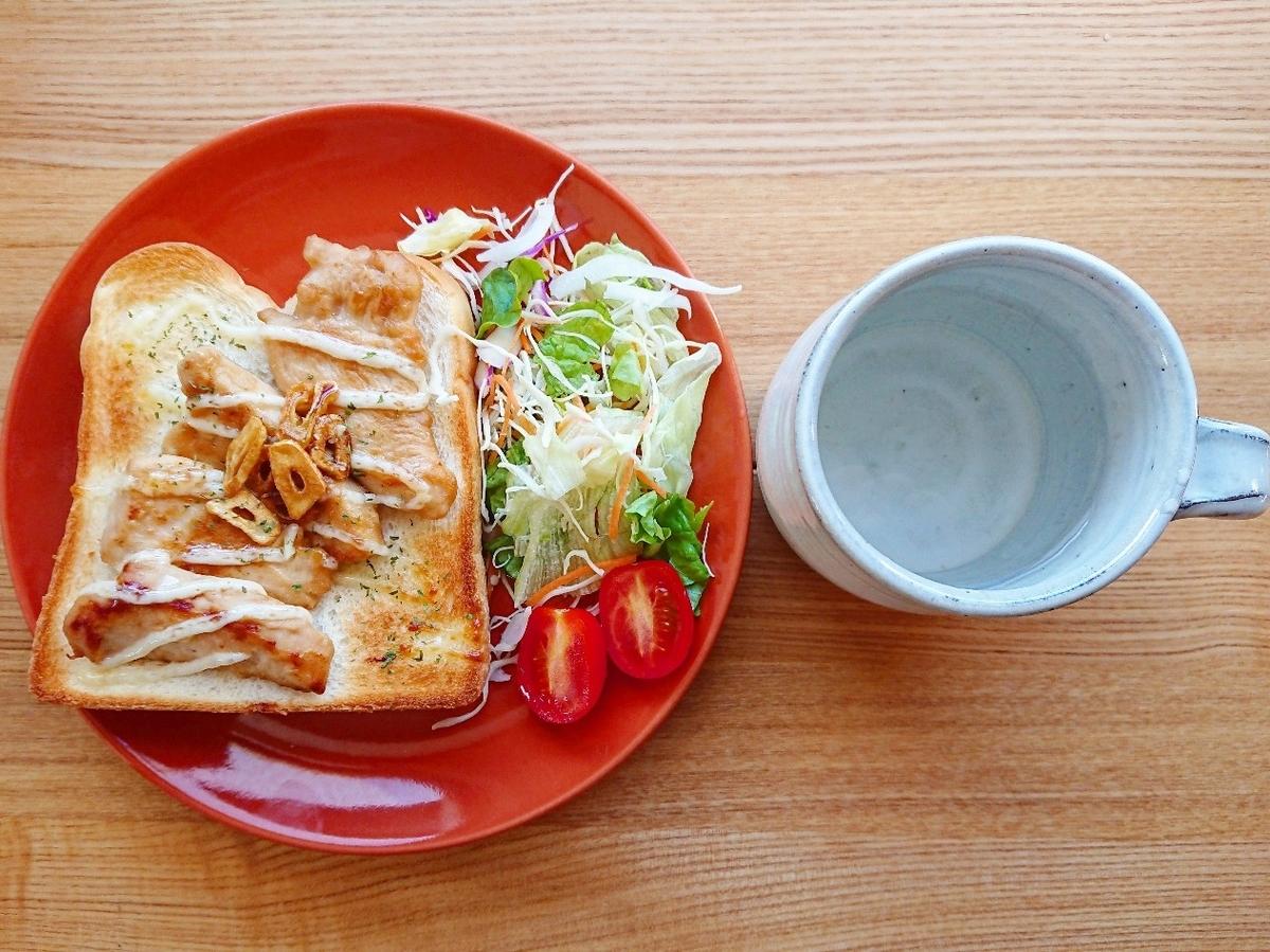 鶏胸肉とにんにくチップがのったトースト サラダ 水