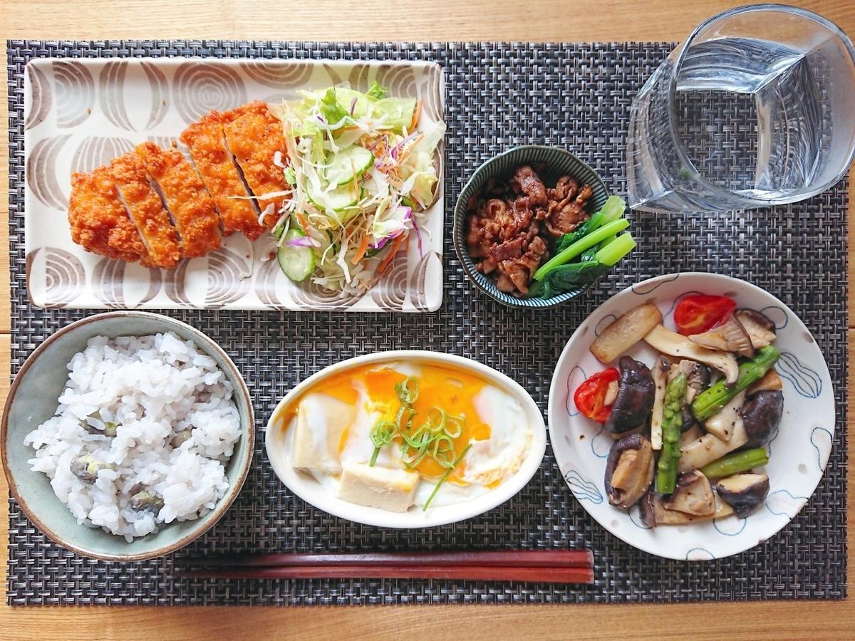 豆ご飯 フライドチキン  牛肉のしぐれ煮  サラダ 高野豆腐 キノコの炒め物
