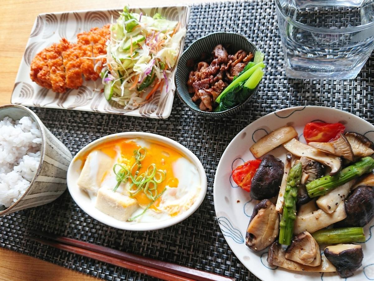 豆ご飯 フライドチキン サラダ 高野豆腐 キノコの炒め物