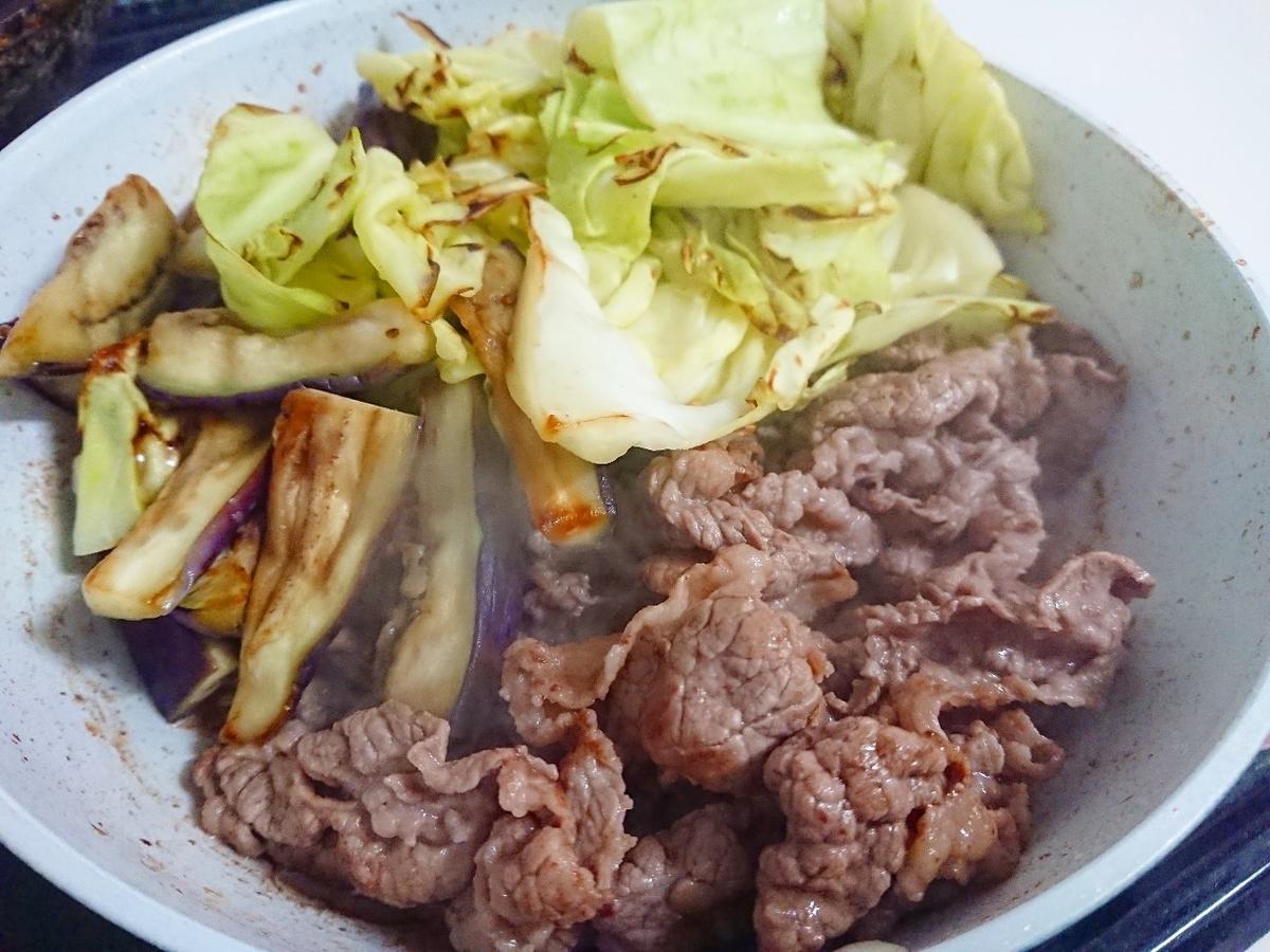 フライパンで牛肉と野菜を炒めている