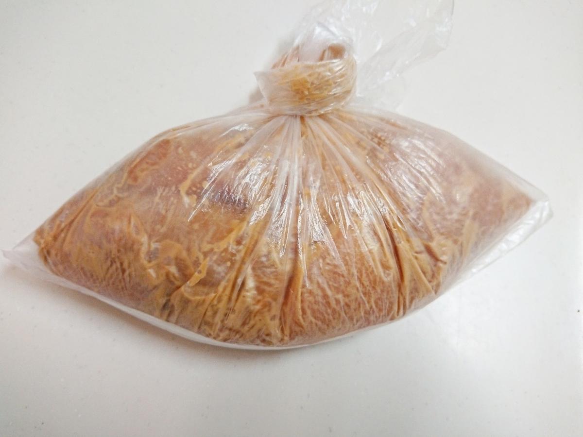 ビニール袋に入れた鶏胸肉と調味料