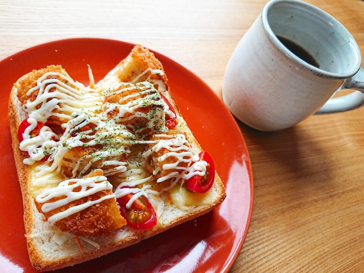 コロッケ、チーズ、トマトがのったトースト