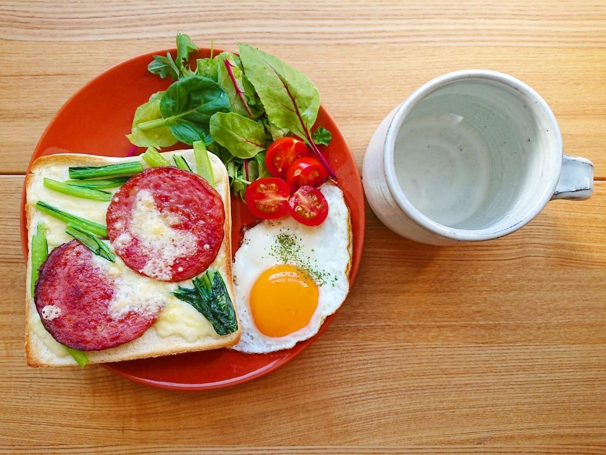 ソーセージと小松菜とチーズがのったトースト