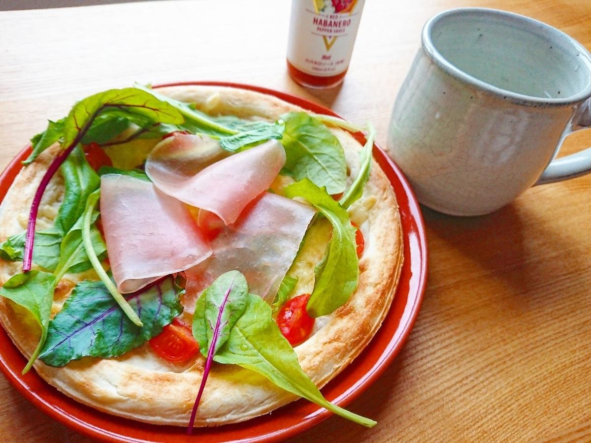 生ハムとベビーリーフのピザ