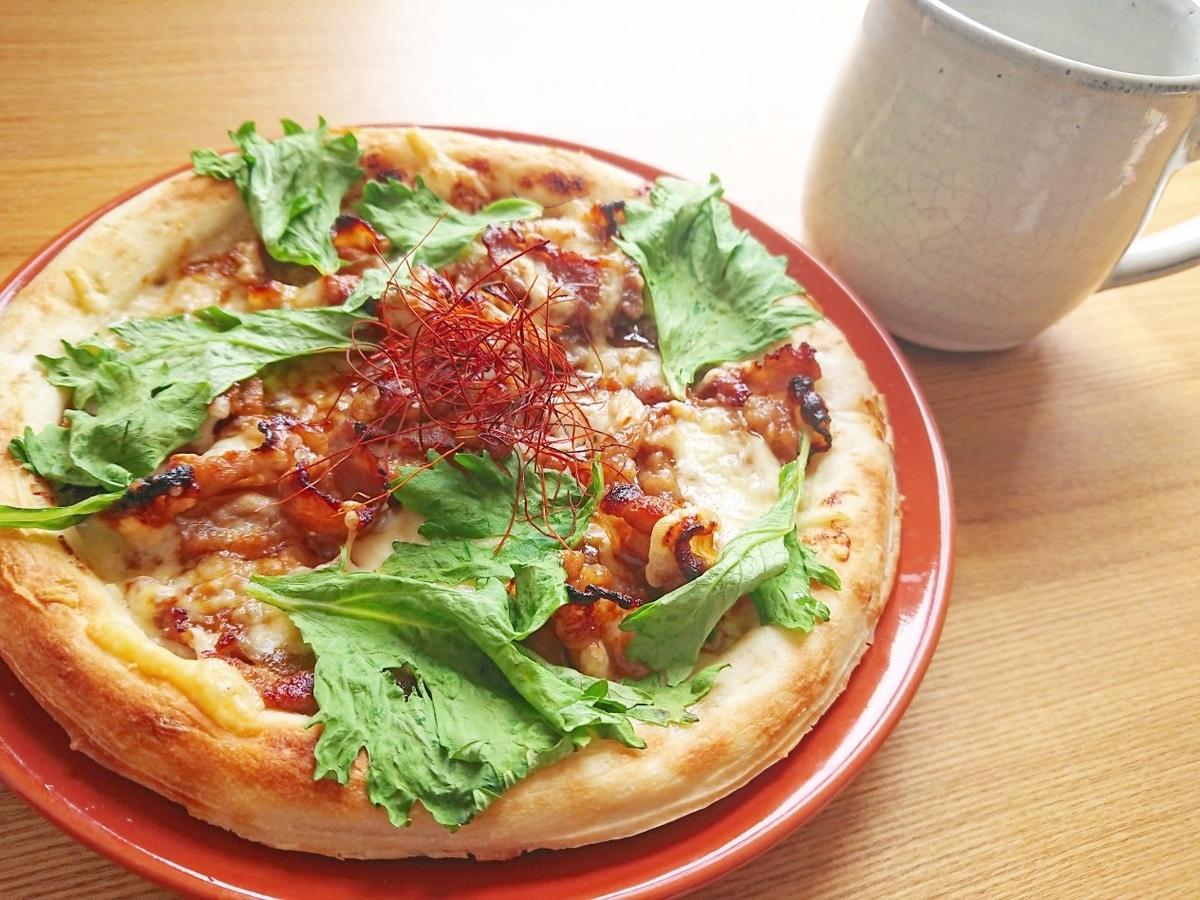 セロリの葉と焼肉がのったピザ